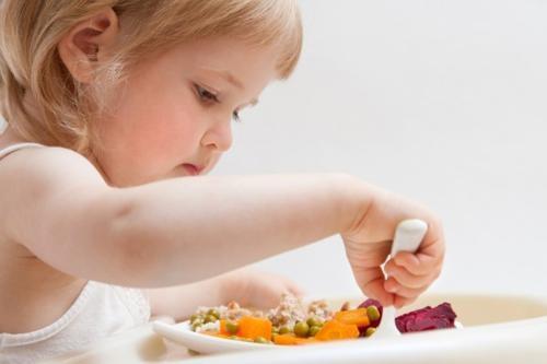 Trẻ 1 tuổi bị biếng ăn phải làm sao